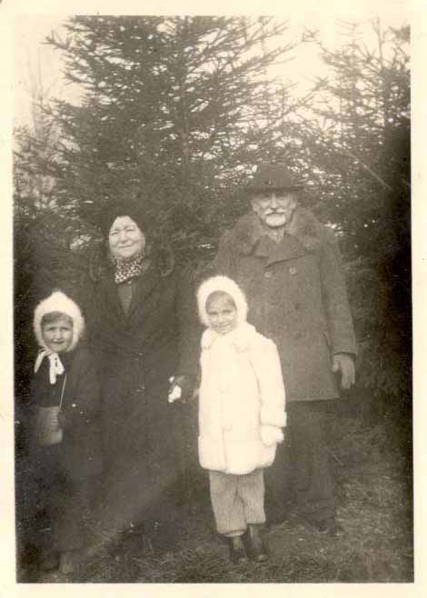 Photograph of the Weinberger family/Courtesy of Elaine Kalman Naves